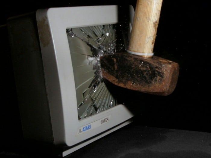 Hamer op beeldscherm = stuk