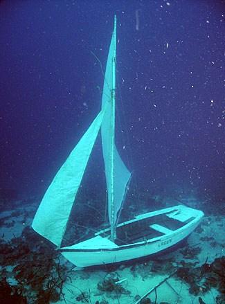 Opgetuigd bootje op de bodem
