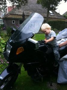Jelle inspecteert de motor