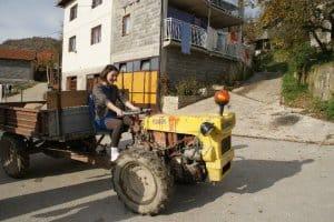 Ema op de tractor