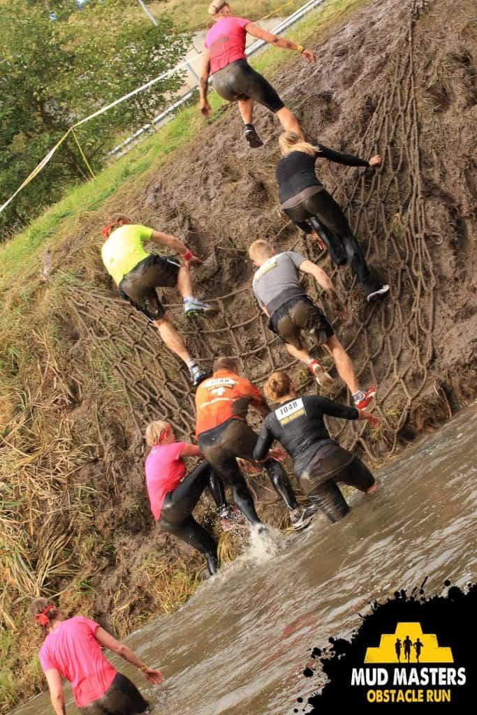 Flinke klim in de modder het water weer uit
