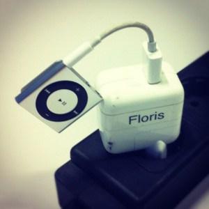 iPod Shuffle aan de lader