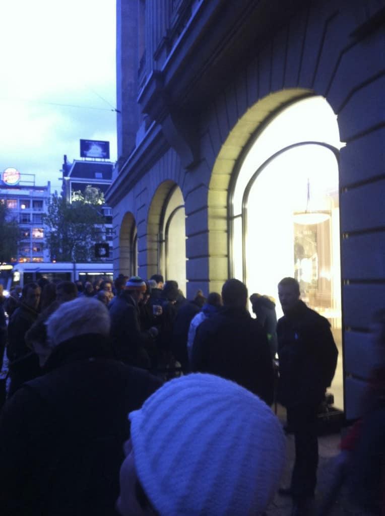 Wachtrij voor de Apple Store Amsterdam