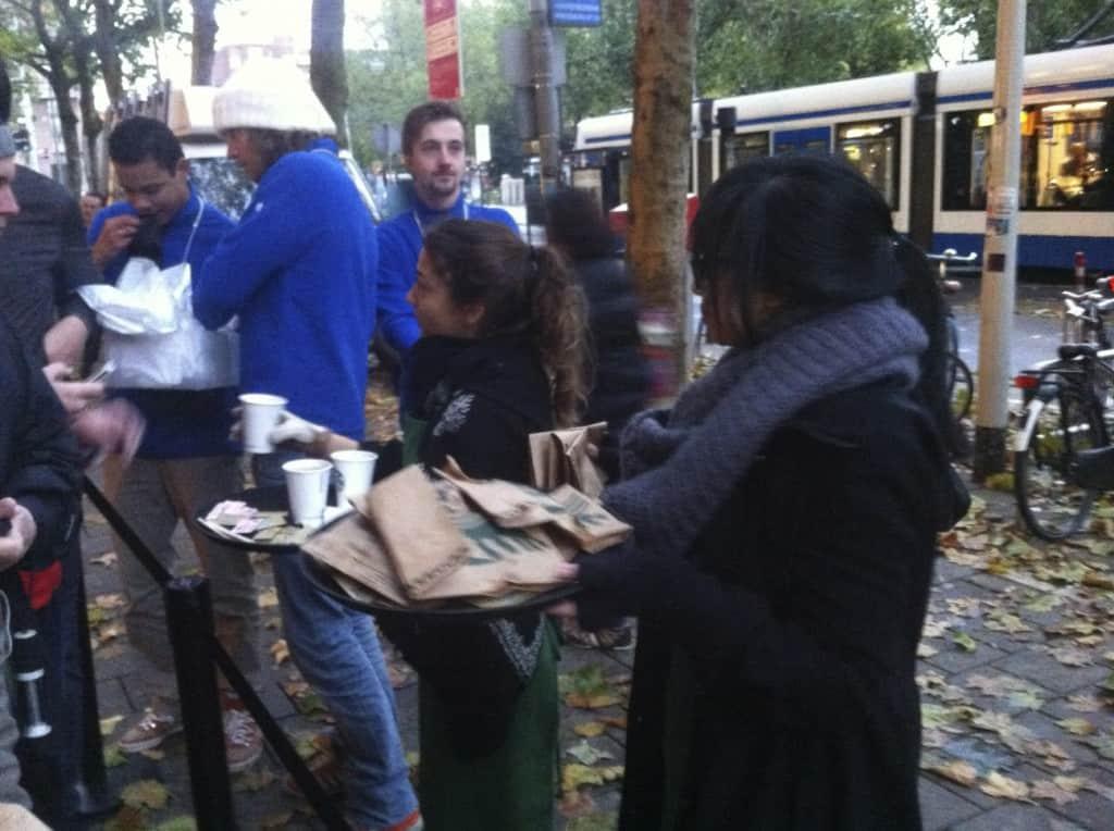 Starbucks bied koffie aan voor de wachtende voor de Apple Store