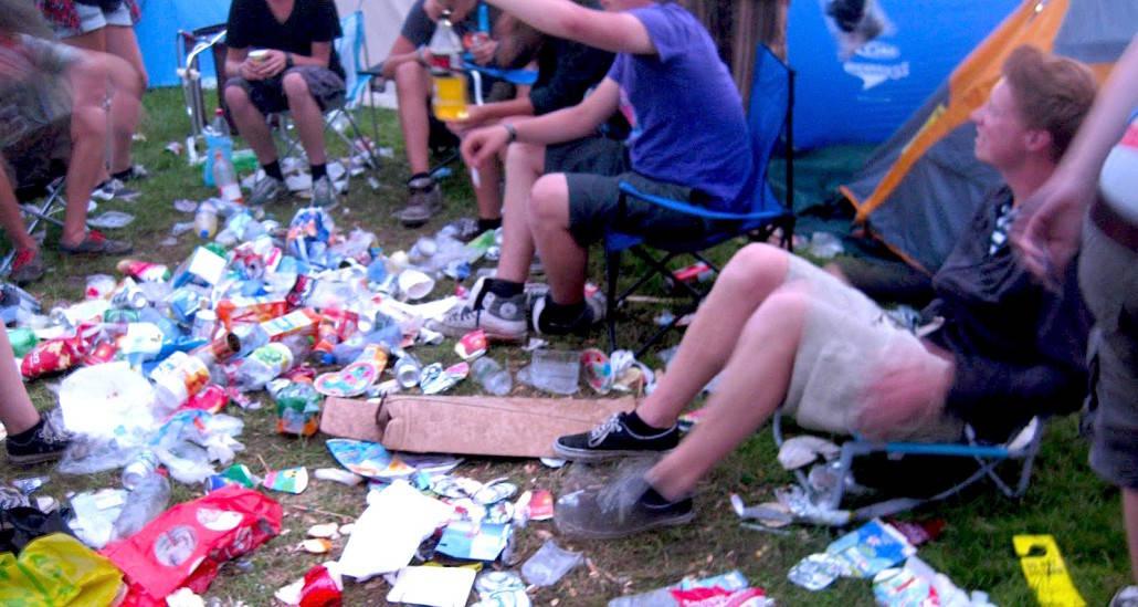 vuilnis bij de tenten