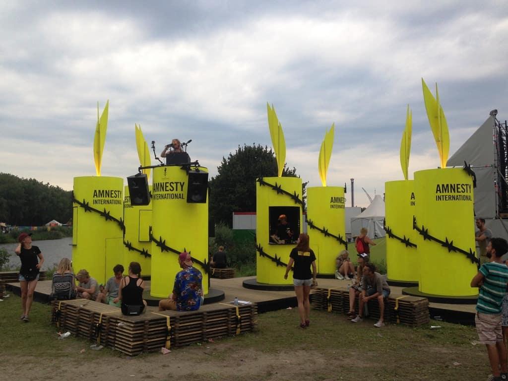 Oreren bij de Amnesty stand